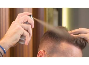 Tutorial - Harry fa vedere come coprire il diradamento dei capelli con il Kmax Concealing Color Spray